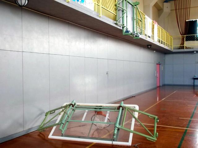 取り付け金具が折れて落下したバスケットゴール=北九州市立高須中、市教委提供