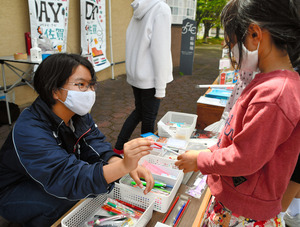 不要な文房具を小學生へ 中3が企畫、回収箱で集めた