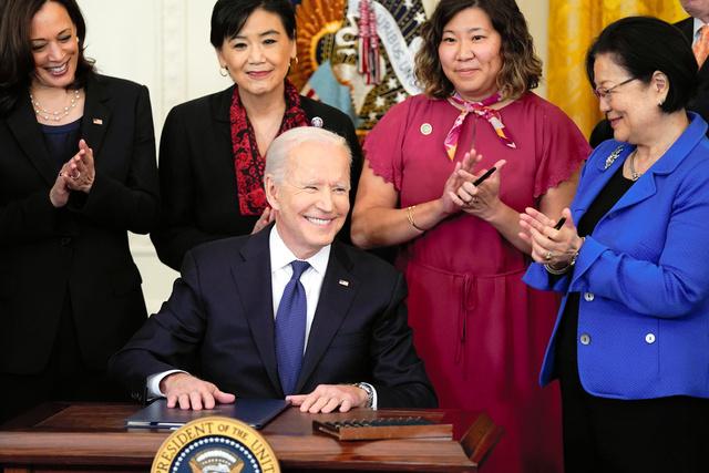 ホワイトハウスで20日、アジア系へのヘイト犯罪対策法案に署名したバイデン米大統領。右端は法案を提出したヒロノ上院議員=AP