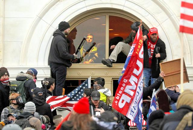 ワシントンで1月6日、米連邦議会の建物に侵入するトランプ支持者たち=ロイター