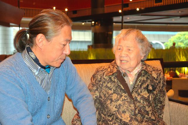 上野正子さん(右)と作家のドリアン助川さん。上野さんがモデルの映画「あん」のことも語り合った=2015年1月、東京都、高木智子撮影