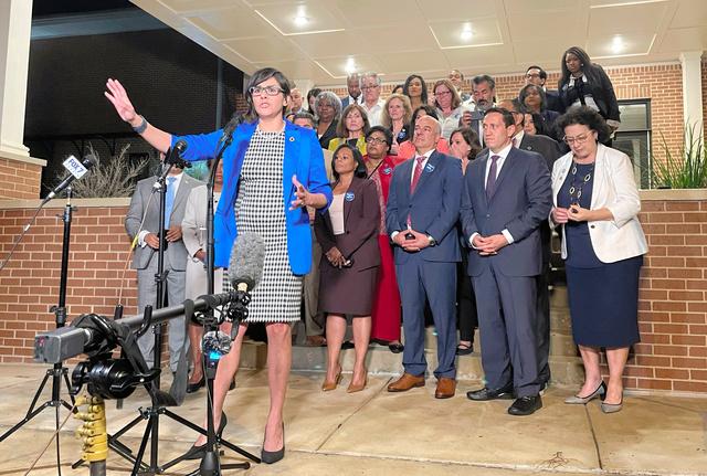 テキサス州オースティンで5月31日、審議途中で議場を出た後に記者会見する州議会の民主党議員=AP