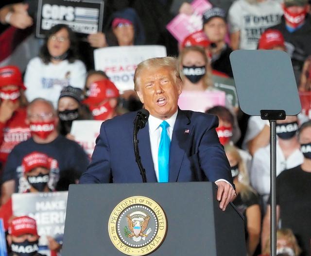 2020年9月、大統領選挙の集会で演説するトランプ大統領(当時)=ペンシルベニア州ミドルタウン、大島隆撮影