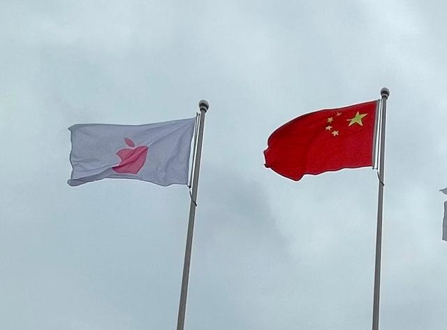 米アップルが運営を委託した中国企業のデータセンターでは、アップルの赤いロゴの旗が翻っていた=2021年5月25日、中国貴州省安順市、西山明宏撮影