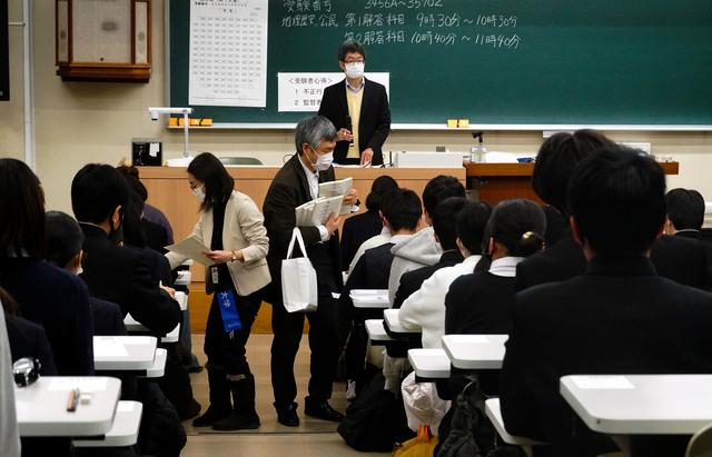 試験の開始を待つ受験生たち=2021年1月16日午前9時15分、大津市平津2丁目の滋賀大学