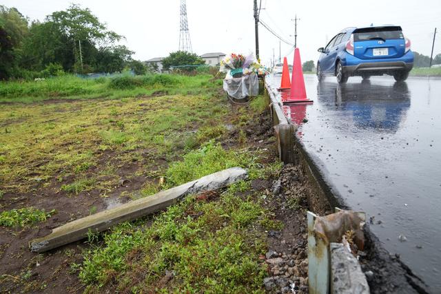 献花台(奥)が設置された事故現場。壊れたコンクリート板が転がっていた=2021年7月1日午前7時7分、千葉県八街市、加藤諒撮影