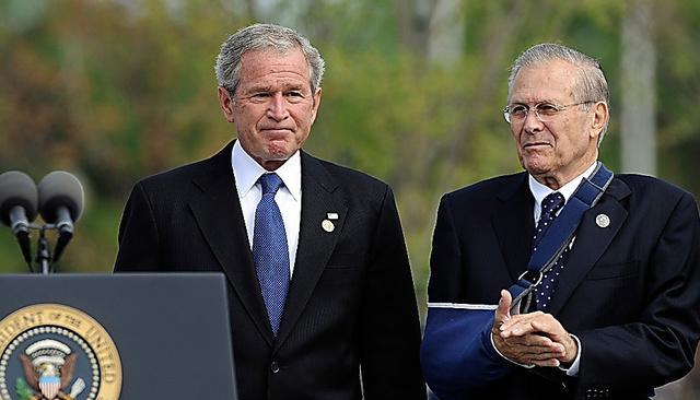 米ワシントンで2008年9月11日、当時のブッシュ大統領(左)と並ぶドナルド・ラムズフェルド氏=AP