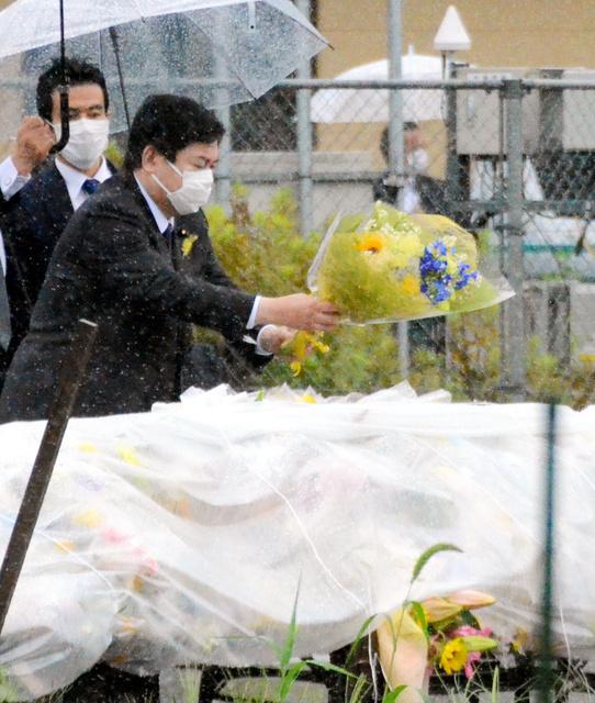 児童5人が死傷した事故の現場に棚橋泰文国家公安委員長が花を手向けた=2021年7月2日午後1時18分、千葉県八街市、伊藤繭莉撮影