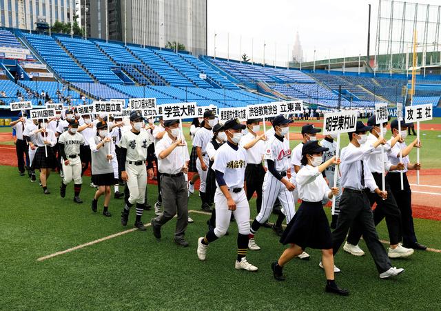 開会式で入場する選手たち=2021年7月3日午後1時34分、神宮、関田航撮影
