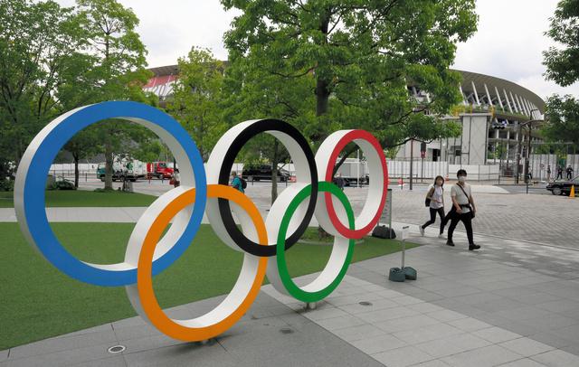 五輪マークのオブジェ。奥は国立競技場=2021年6月、東京都新宿区、林敏行撮影