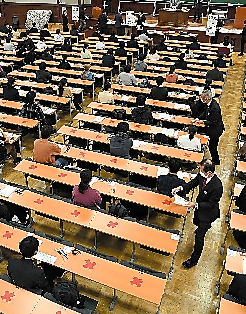 大学入学共通テストで試験の開始を待つ受験生ら=1月16日、東京大学、伊藤進之介撮影