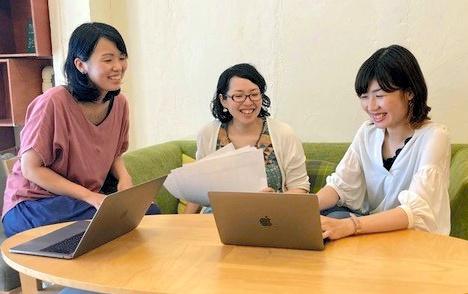 アンケートサイトをつくる武田緑さん(中央)ら事務局員=大阪市内の事務所、武田さん提供