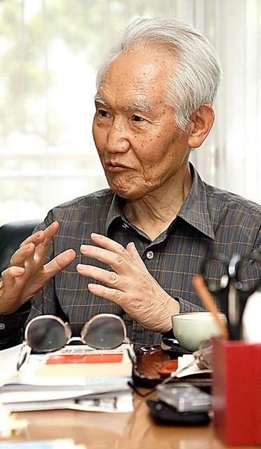 従来のやり方にとらわれず、自分で考えることが大切だと強調していた茂木清夫さん=2012年