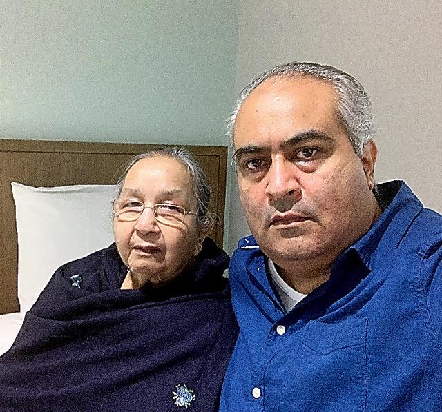 政府の手配した便で帰国し、メルボルンの指定のホテルで隔離生活中のサニー・ジョウラさん(右)と母のダルシャンさん=5月28日、ジョウラさん提供