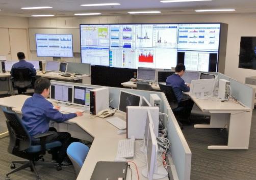 サイバー事案に対応する技術部隊である、警察庁のサイバーフォースセンター。24時間態勢でサイバー攻撃の予兆を把握したり、不正プログラムを分析したりしている=警察庁提供