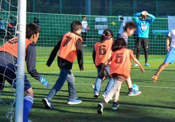 貧困家庭の子や不登校経験者らが参加したフットサル大会「MKBカップ」でボールを追いかける子どもたち=2018年11月3日