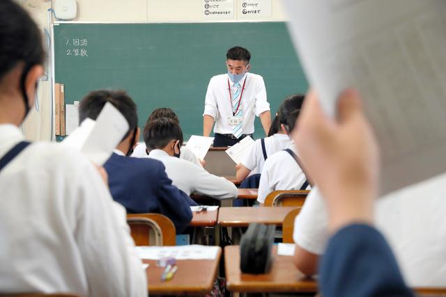 説明を聞き、全国学力調査に臨む大阪市立育和小学校の児童たち=2021年5月27日午前8時39分、大阪市東住吉区、田辺拓也撮影