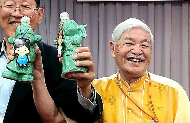 日中韓の学者らの会議で酒を手に笑顔を見せた俵義文さん(右)=2015年、大山早苗さん撮影