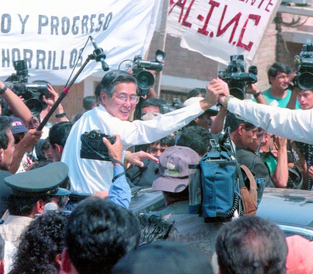 1997年1月、ペルーの首都リマの郊外を視察する当時のアルベルト・フジモリ大統領。日本大使公邸占拠事件が続いていた最中だった。