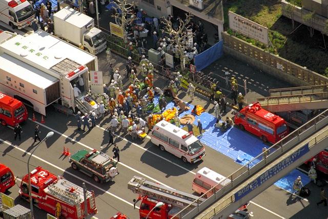 築地駅から地上に運び出され、救急車などに収容される乗客=1995年3月20日、東京都中央区築地