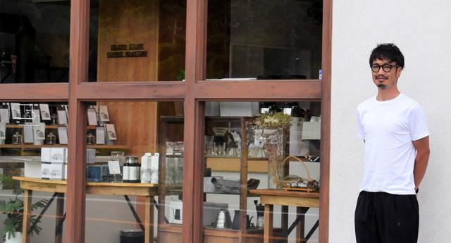 2店舗目として出店したカフェの前に立つ高橋智也さん=2021年8月12日、宇都宮市大谷町、中野渉撮影