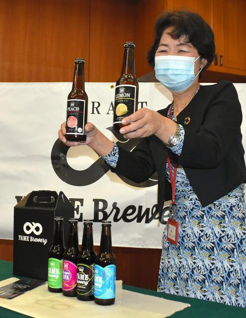 売り出し中の「レモンセゾン」(左手)と「ピーチホワイト」。台上がレギュラー商品=2021年8月23日午前11時5分、福岡県八女市、野上隆生撮影