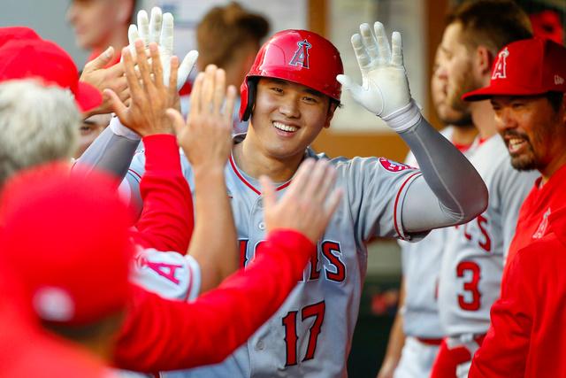 本塁打を放った後、ベンチで祝福されるエンゼルスの大谷翔平=USAトゥデー・ロイター