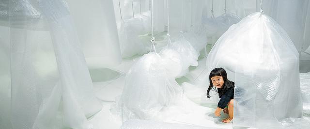 気泡緩衝材の遊具で遊ぶ子ども=2021年9月25日、東京都立川市、長島一浩撮影
