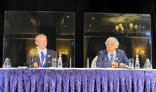 G20財務相・中央銀行総裁会議を終え、記者会見する日本銀行の黒田東彦総裁(右)と財務省の神田真人財務官=13日、ワシントン、青山直篤撮影