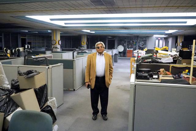 がらんとしたビンディケーター紙の旧編集室にたたずむ元コラムニスト、バートラム・デスーザ。「新聞の衰退で異論と接する機会が減っている」という=2019年10月、オハイオ州ヤングスタウン、沢村亙撮影