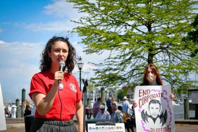 社屋の閉鎖などリストラに抗議するキャピタル・ガゼット紙の記者たち=5月、メリーランド州、同紙労組提供