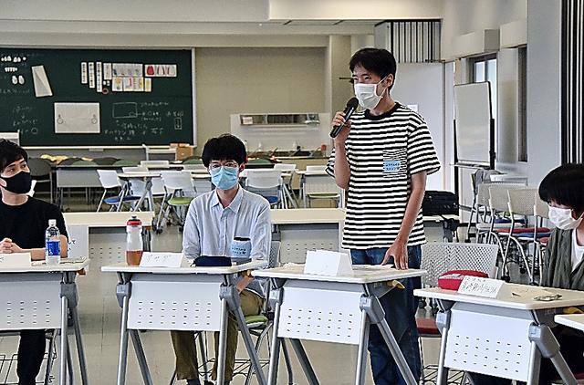 輪になって1人ずつ思いを話す「ふうせんの会」のつどいの参加者たち。朝田健太さん(左から2番目)が司会をつとめた=7月、大阪府枚方市