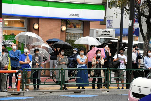 街頭演説に足をとめる聴衆=2021年10月12日午後2時49分、東京都練馬区、御船紗子撮影