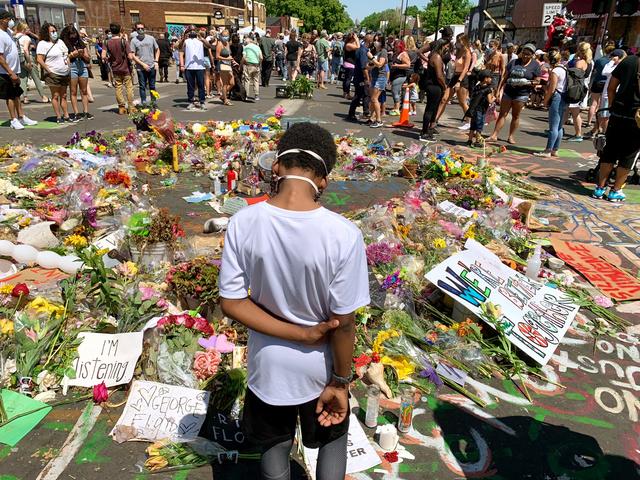 黒人男性ジョージ・フロイドが白人警官に殺されたミネソタ州ミネアポリスの現場。ここを訪れた息子(中央)を写したキンデル・ハークネスの写真作品=いずれもハークネス提供