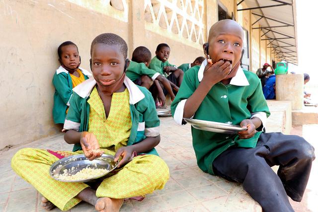 国連世界食糧計画(WFP)がガンビアで取り組む学校給食。メニューは日替わりだ=ママドウ・ジャロウ氏撮影