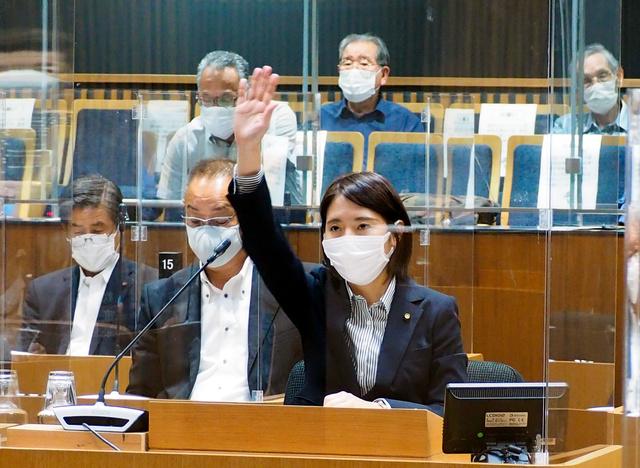 市議会の一般質問で挙手する崎山華英さん=9月6日、千葉県旭市