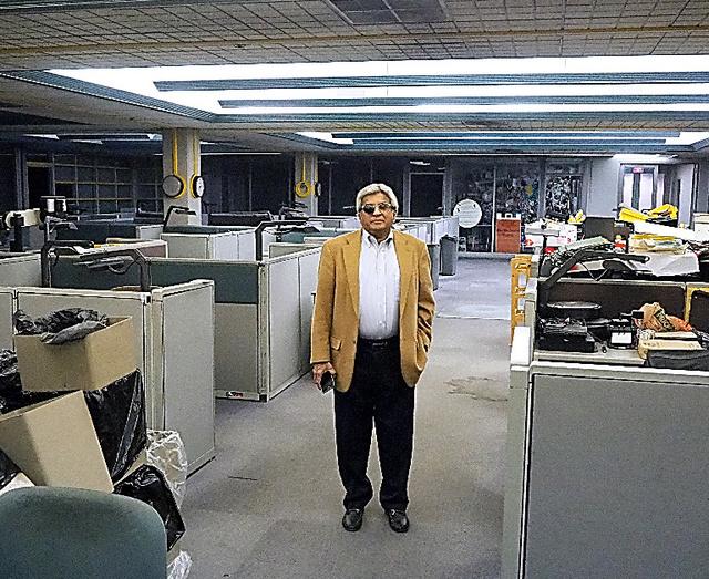 がらんとしたビンディケーター紙の旧編集室にたたずむ元コラムニスト、バートラム・デスーザ。「新聞の衰退で異論と接する機会が減っている」という=2019年10月、オハイオ州ヤングスタウン