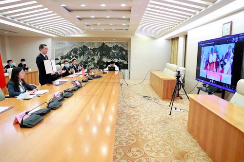 2021年10月14日、オンラインの会談で国境交渉の覚書に調印した中国・ブータンの外交当局幹部=中国外務省のウェブサイトから