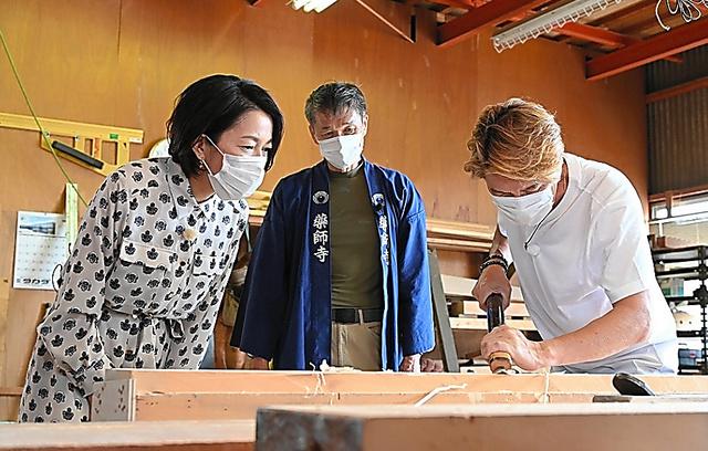 伝統のカンナで木材を削るヒロミ(右)とゲストの羽田美智子(左)=BS日テレ提供