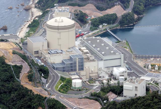 関西電力の美浜原発3号機=2021年6月20日、福井県美浜町、朝日放送テレビヘリから、矢木隆晴撮影