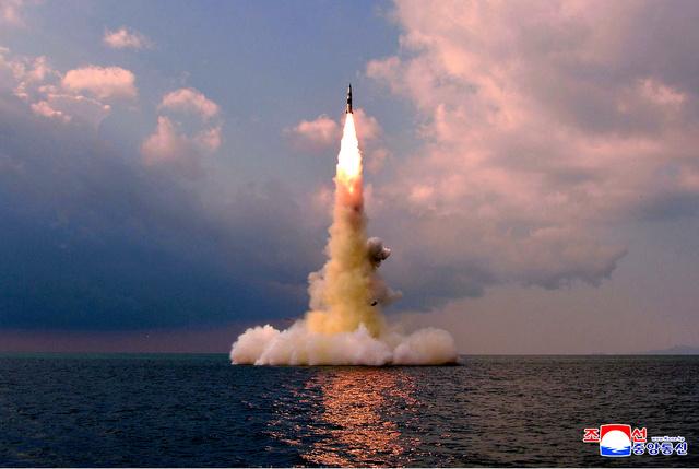 2021年10月19日、新型の潜水艦発射弾道ミサイル(SLBM)の試射。朝鮮中央通信が配信した=朝鮮通信