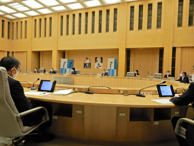 東京都のモニタリング会議では、感染状況や医療提供体制などについて報告があった=2021年10月21日午後1時19分、東京都新宿区の都庁
