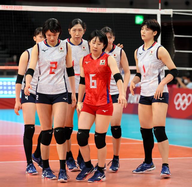 東京五輪で韓国に敗れ、肩を落とす日本の選手たち
