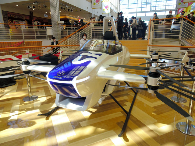 展示された「空飛ぶクルマ」の試作機=大阪市港区の商業施設「天保山マーケットプレース」
