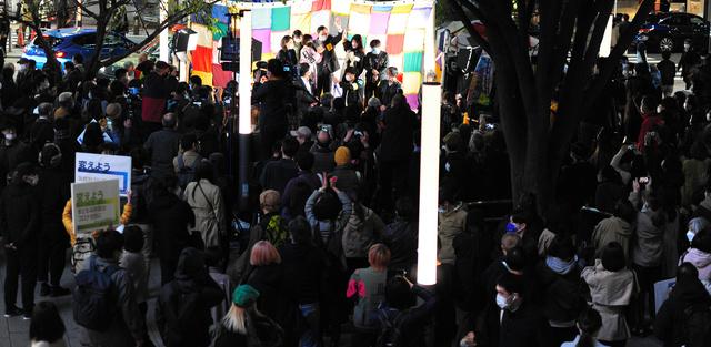 政権交代を求める集会には多くの人が集まり、党首や市民団体の声に耳を傾けた=2021年10月23日午後、東京都新宿区、神沢和敬撮影
