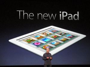 写真:米カリフォルニア州で開かれた発表会で、「iPad(アイパッド)」の新しい機種を紹介する米アップルのティム・クックCEO=3月7日、畑中徹撮影