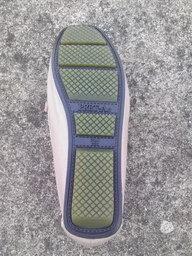写真:靴裏は滑り止め加工で安心
