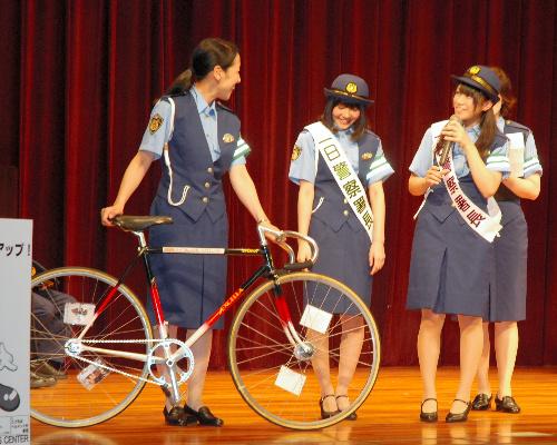 写真:関西発の女性アイドルグループ「NMB48」が招かれた自転車マナーアップキャンペーンでも、「ピスト」が取り締まり対象になることが紹介された=7月28日、大阪市中央区、長野佑介写す