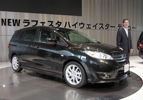 写真:日産自動車がマツダからOEM(相手先ブランドによる生産)で製品供給を受けて発売したミニバン「ラフェスタハイウェイスター」。右は片桐隆夫副社長=15日午後、横浜市の日産本社