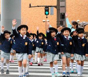 写真:感知器付きの信号がある横断歩道をわたる幼稚園児=2日、名古屋市北区